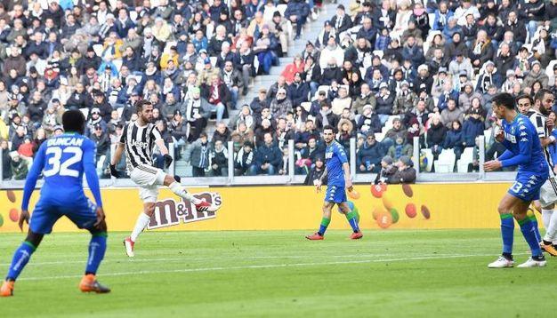 Il quarto gol della Juve: gran tiro di Pjanic da fuori area (foto Ansa)