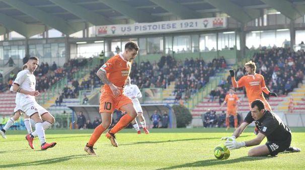 Pistoiese-Livorno 1-1, un'azione della partita (Acerboni/Castellani)