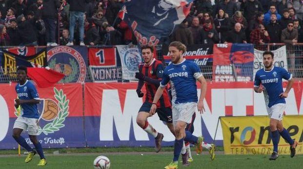 Una fase del derby tra Montevarchi e Sangiovannese