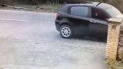 L'auto si ferma davanti a un bar e Luca Traini spara