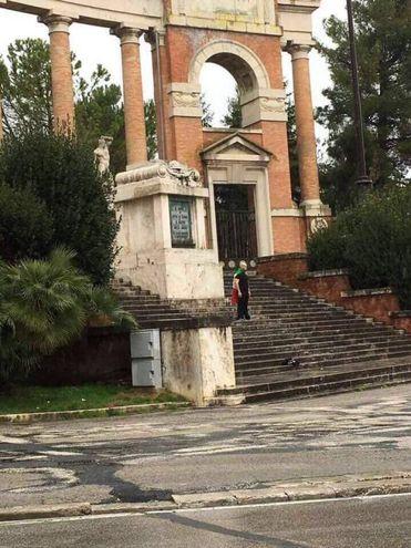 Luca Traini sul monumento dei Caduti, prima dell'arresto