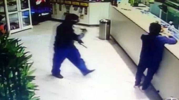 Segrate, un fotogramma della rapina al bar