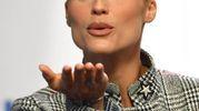 Michelle Hunzikermanda baci al pubblico (Ansa)