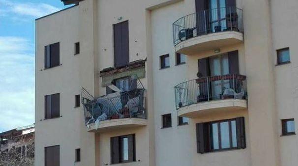 Il terrazzo crollato (Foto da Facebook)