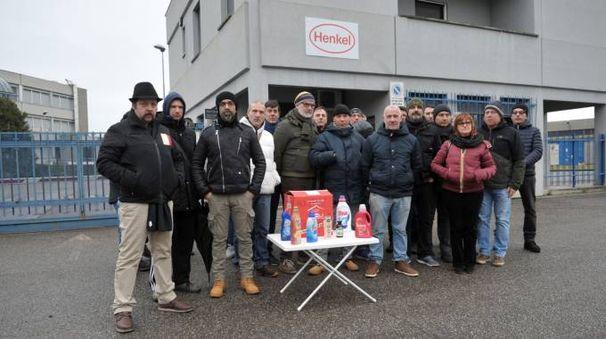 I dipendenti davanti ai cancelli dello stabilimento di Caleppio di Settala