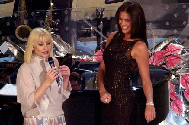 Raffaella Carrà e Megan Gale, Sanremo 2001 (Lapresse)