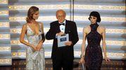 Eva Herzigova, Raimondo Vianello e Veronica Pivetti. Sanremo 1998 (Lapresse)
