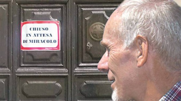 Il cartello messo dai parrocchiani sulla porta della chiesa