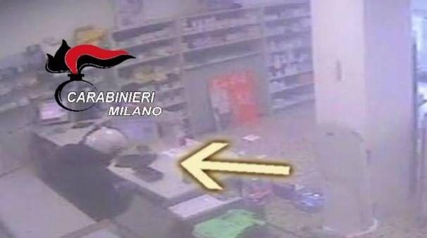 Rapina in farmacia, un frame del video diffuso dai carabinieri