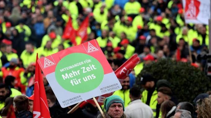 Metalmeccanici in sciopero in Germania (Ansa)