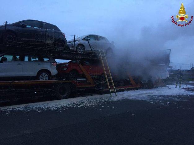 L'autotreno in fiamme (foto Vigili del Fuoco)