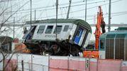 Treno deragliato: rimossa anche la terza carrozza, quella in cui sono morte tre donne
