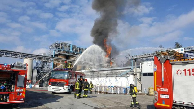 Vigili del fuoco al lavoro (Ansa)