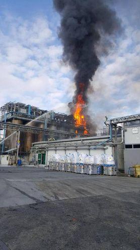 L'incendio provocato dall'esplosione (Ansa)
