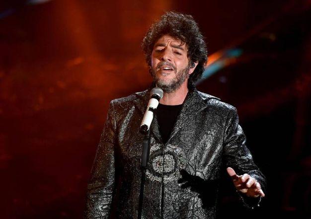 Max Gazzè con una giacca lunga di broccato firmata Gianluca Saitto (Ansa)