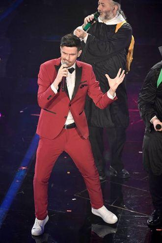 """L'esibizione di Lorenzo Baglioni con """"Il congiuntivo"""" nella seconda serata del Festival di Sanremo"""