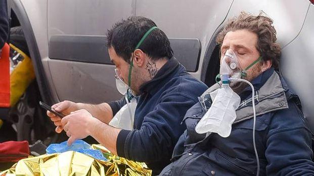 Due operai stremati subito dopo l'esplosione