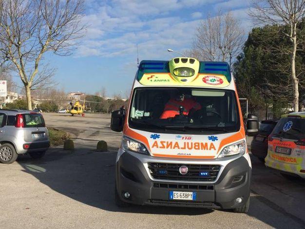 L'ambulanza intervenuta a soccorrere l'anziana aggredita dal ladro (foto Zeppilli)