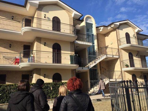 Curiosi davanti alla palazzina dove è avvenuta l'aggressione (foto Zeppilli)