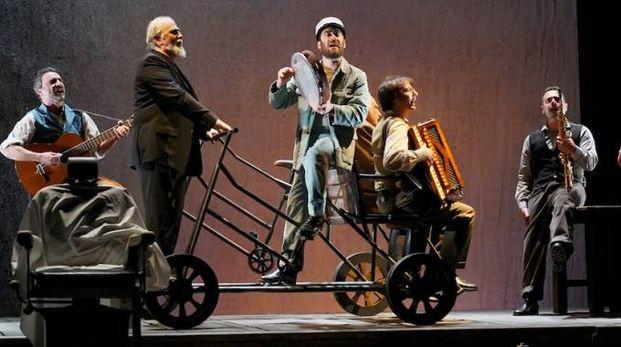 """Moni Ovadia (secondo da sinistra) ne """"Il casellante"""" di Andrea Camilleri"""