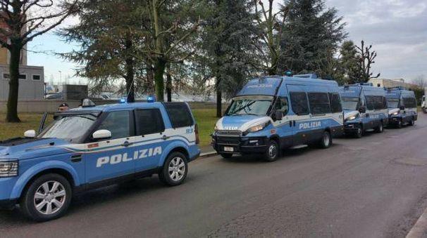 Polizia davanti alla Castelfrigo Foto condivisa in rete dalla Fli Cgil