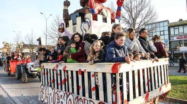 La sfilata dei carri allegorici a Sovigliana torna domenica e si conclude con i fuochi d'artificio sul ponte De Gasperi