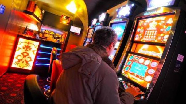 Un giocatore in una sala slot