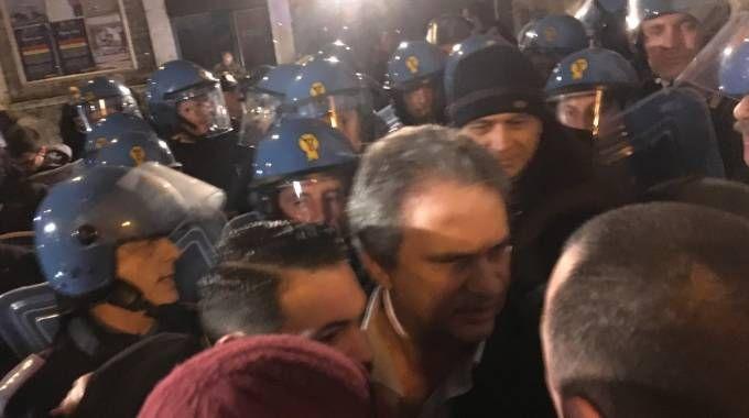 Roberto Fiore circondato da poliziotti