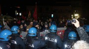 La contestazione e i momenti di tensione con la polizia (Foto Umicini)