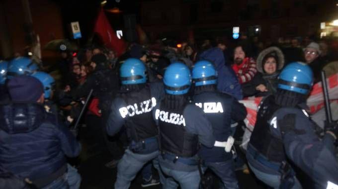 Cariche della polizia a Massarosa (Foto Umicini)