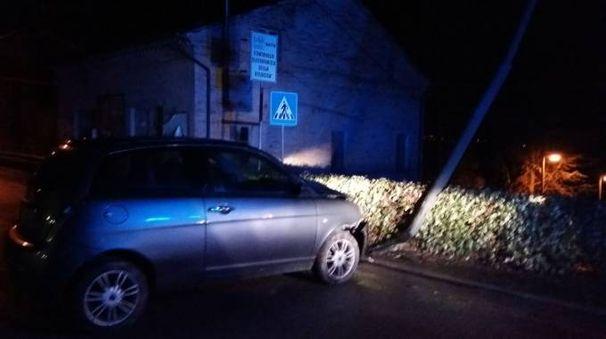 L'auto contro il palo (foto Zeppilli)