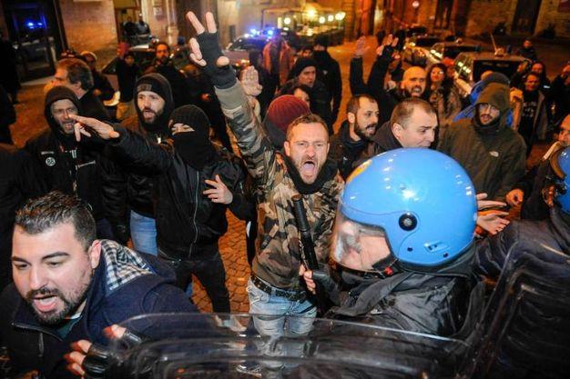 Gli scontri in centro (Foto Falcioni/Ansa)