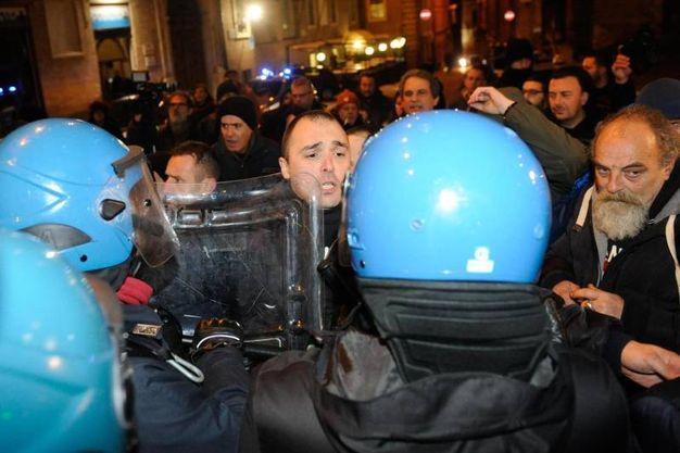 Interviene la polizia, tafferugli (Foto Falcioni/Ansa)