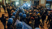 Tafferugli e cariche della polizia (Foto Falcioni/Ansa)