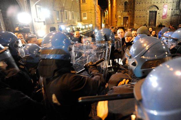 Gli scontri (Foto Calavita)