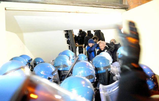 La polizia in tenuta anti sommossa (foto Calavita)