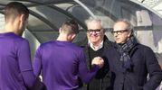 Fiorentina, Andrea Della Valle al centro sportivo incita i giocatori sotto gli occhi di Pantaleo Corvino (Fonte: Twitter di Acf Fiorentina)