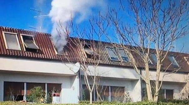 L'incendio in via Collodi (foto Lecci)