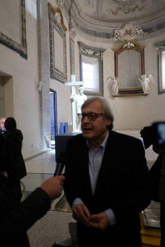 Vittorio Sgarbi alla mostra (foto Frasca)