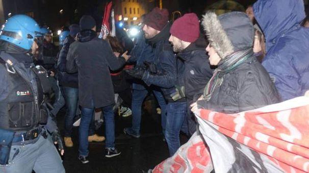Diversi manifestanti hanno tentato di passare il cordone di agenti davanti al palazzo comunale