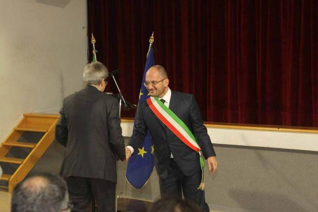 La stretta di mano con il sindaco (foto Labolognese)