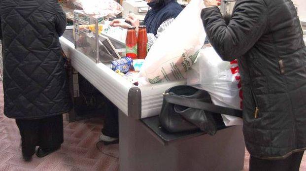 Preoccupano i numerosi acquisti fatti sottocosto da alcuni soggetti nei supermercati
