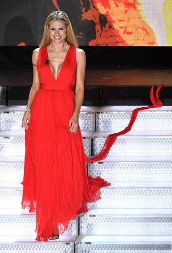 Il vestito rosso fuoco della seconda serata (Ansa)