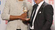 Mudimbi che riceve il Premio Assomusica 2018, consegnato dal Presidente di Assomusica Vincenzo Spera;
