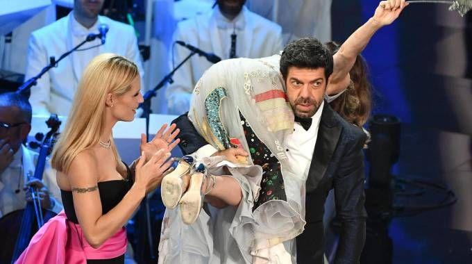 Sanremo 2018 , Favino con Hunziker e Impacciatore sul palco (Ansa)
