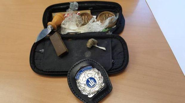 La droga e le attrezzature sequestrate
