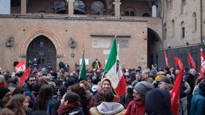 Un momento del presidio antifascista in piazza Nettuno (Foto Schicchi)