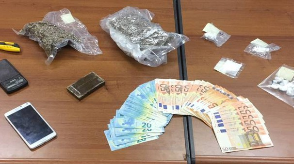 La droga sequestrata dai militari all'interno del locale