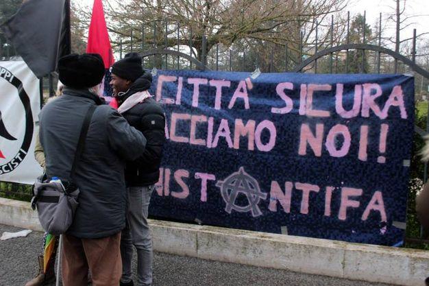 Manifestanti in attesa della partenza del corteo (Foto Lapresse)