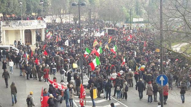 Migliaia di persone al corteo anti fascista a Macerata